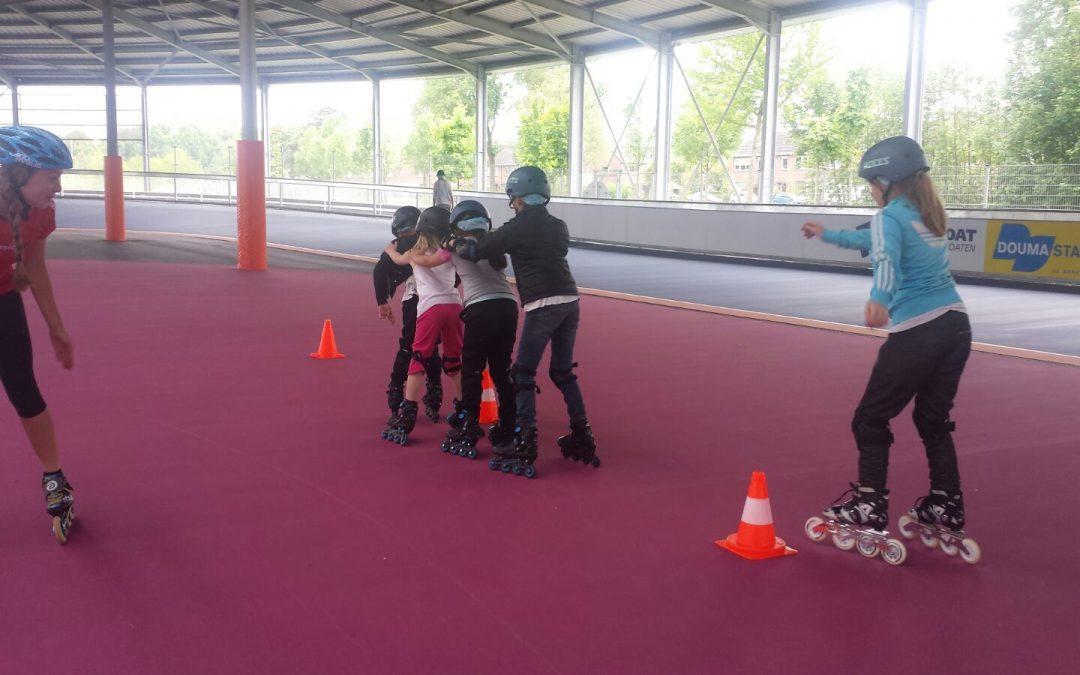 Huiskamerproject krijgt skeeler les op de skeelerbaan