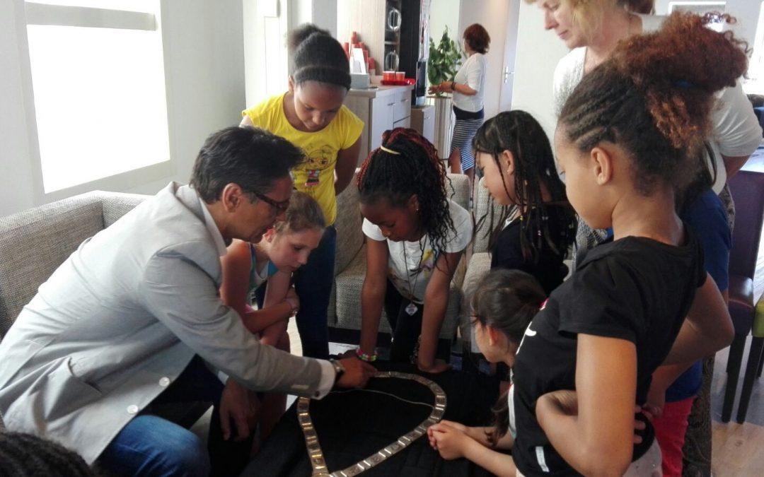 Kinderen huiskamerproject drinken een glaasje ranja met de burgemeester