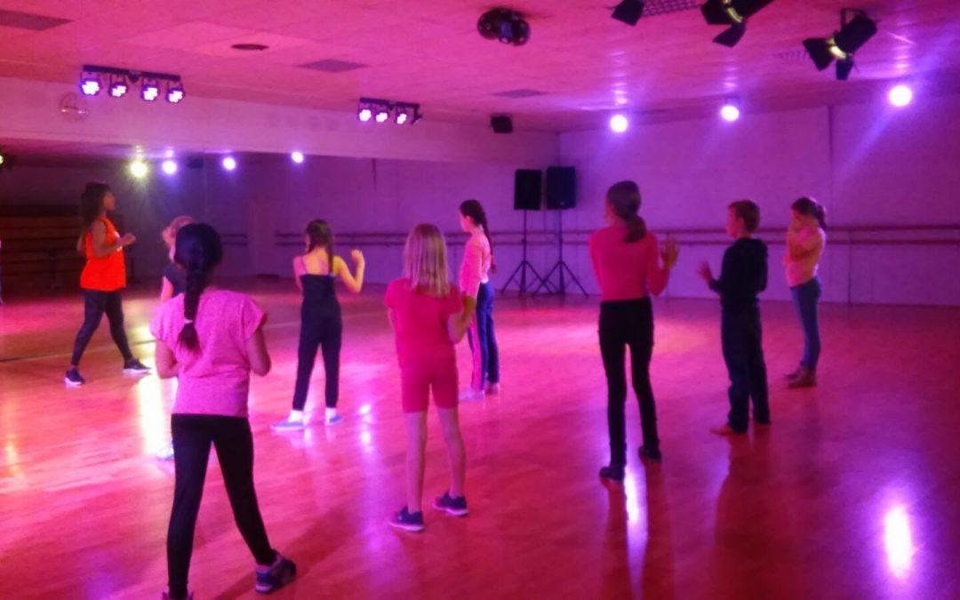 Swingende dansworkshop voor huiskamerkinderen bij Dance Centre Faya!