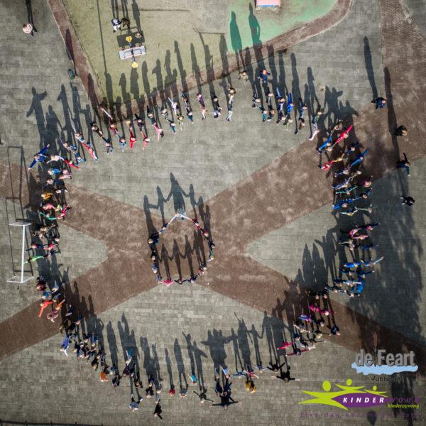 Ruim 150 kinderen hand in hand op het schoolplein