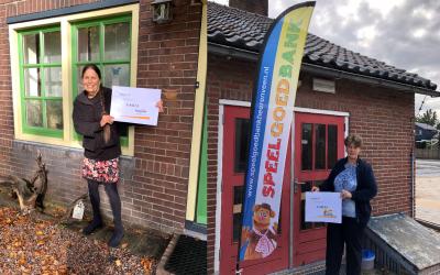 Vrijwilligers VSP-Auto doneren fooi aan Stichting Houvast en Speelgoedbank Heerenveen